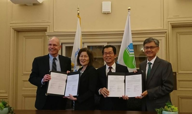 New Southbound Policy。EPA Minister Lee Ying-yuan (third left) and TECRO Deputy Representative James Kuang-jang Lee (right) are joined by AIT Managing Director John Norris (left) and Jane Nishida, acting assistant administrator for International and Tribal Affairs with the U.S. EPA, in displaying the bilateral agreement on environmental protection technical cooperation Sept. 19 in Washington. (Courtesy of EPA)
