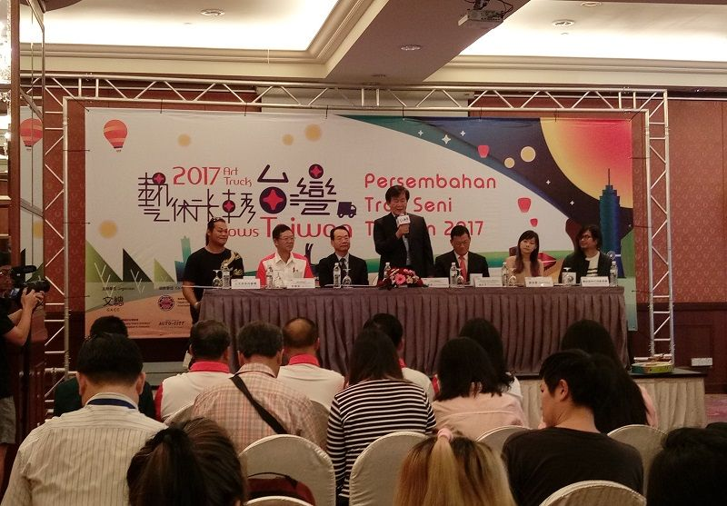 "Representative Chang, James Chi-ping Attends General Association of Chinese Culture(GACC) ""2017 Art Truck Shows Taiwan"" Penage Press Conference and Performances  Photos - New Southbound Policy"