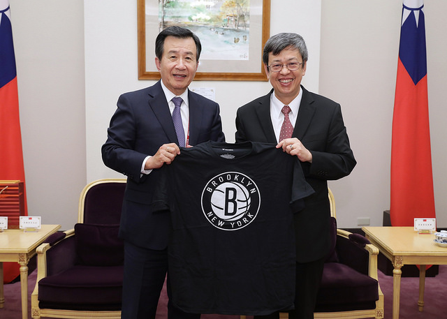 New Southbound Policy。Vice President Chen Chien-jen (right) is presented with a Brooklyn Nets team jersey by TCCNA President Kenneth Wu at the Office of the President Sept. 28 in Taipei City. (Courtesy of Office of the President)