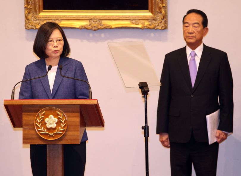 New Southbound Policy。President Tsai Ing-wen (left) stands with People First Party Chairman James Soong while outlining the objectives of Taiwan's delegation to the 2017 APEC Economic Leaders' Meeting Oct. 12 in Taipei City. (CNA)