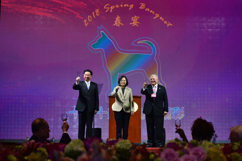 New Southbound Policy。President Tsai Ing-wen (center), Foreign Minister Jaushieh Joseph Wu (left) and Nicaraguan Ambassador to the ROC William Manuel Tapia Aleman propose a toast during the MOFA Spring Banquet Feb. 27 in Taipei City. (Courtesy of Office of the President)