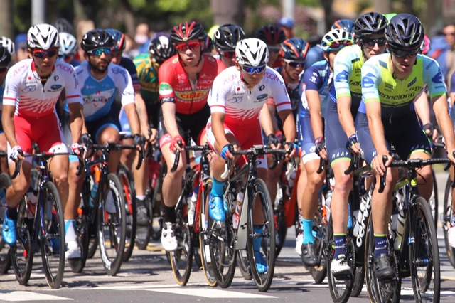 Tour de Taiwan riders jockey for prime position at the start of the 2018  edition of the annual race March 11 in Taipei City. (CNA) f4ea6d1d5