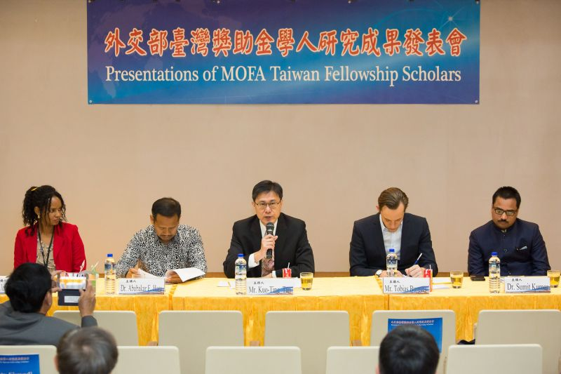 New Southbound Policy。Tan Kuo-ting (center), deputy director-general of MOFA's Department of Policy Planning, introduces four of the latest Taiwan Fellowship recipients during a presentation event March 21 in Taipei City. (Staff photo/Chin Hung-hao)
