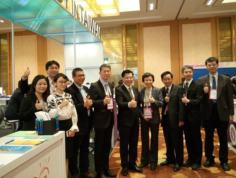 Representative Francis Liang Visits Taiwan University Exhibitors at the 2018 APAIE Conference and Exhibition in Singapore Photos - New Southbound Policy