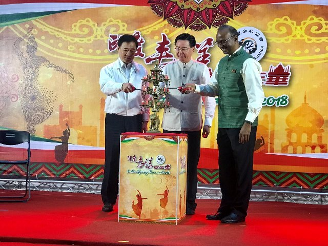 New Southbound Policy。MOFA Minister Jaushieh Joseph Wu (center) is joined by Taipei City Deputy Mayor Chen Chin-jun (left) and ITA Director General Sridharan Madhusudhanan in lighting a traditional lamp April 14 during the 2018 India Spring Carnival. (MOFA)