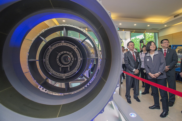 New Southbound Policy。President Tsai Ing-wen (second right) is briefed on an aircraft engine casing while visiting Magnate Technology Co. Ltd. April 27 in Kaohsiung City, southern Taiwan. (Courtesy of Office of the President)