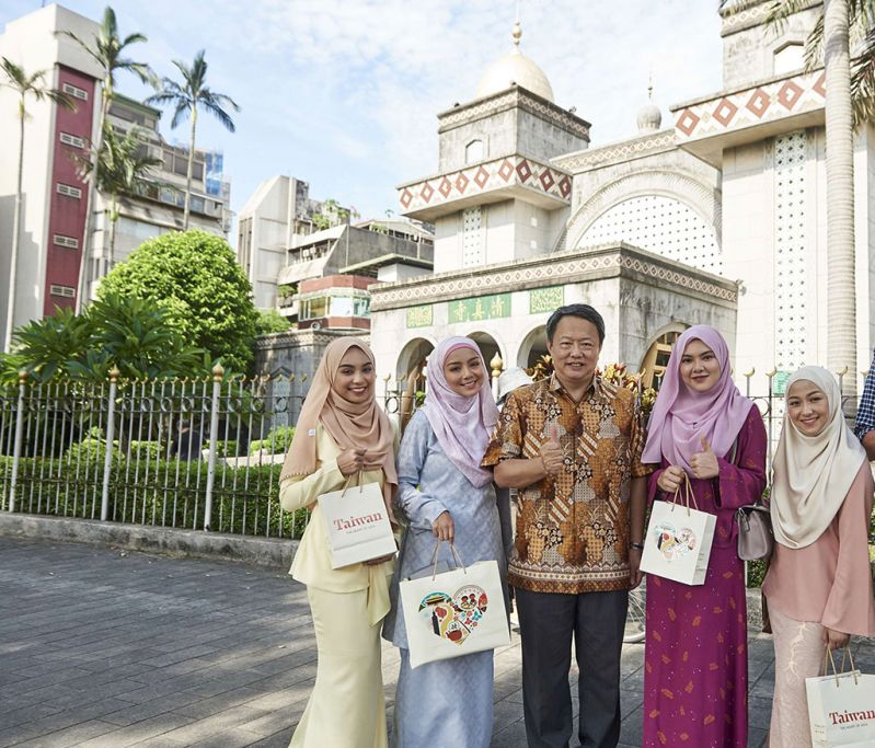 New Southbound Policy。Tsao Yi-shu (center), head of the Tourism Bureau's International Affairs Division, and Malaysian actress Mira Filzah (second left) are joined by social media personalities Aisha Liyana (right), Sharifah Rose (left) and Yasmin Redzuan in visiting Taipei Grand Mosque July 7. (Courtesy of Tourism Bureau)