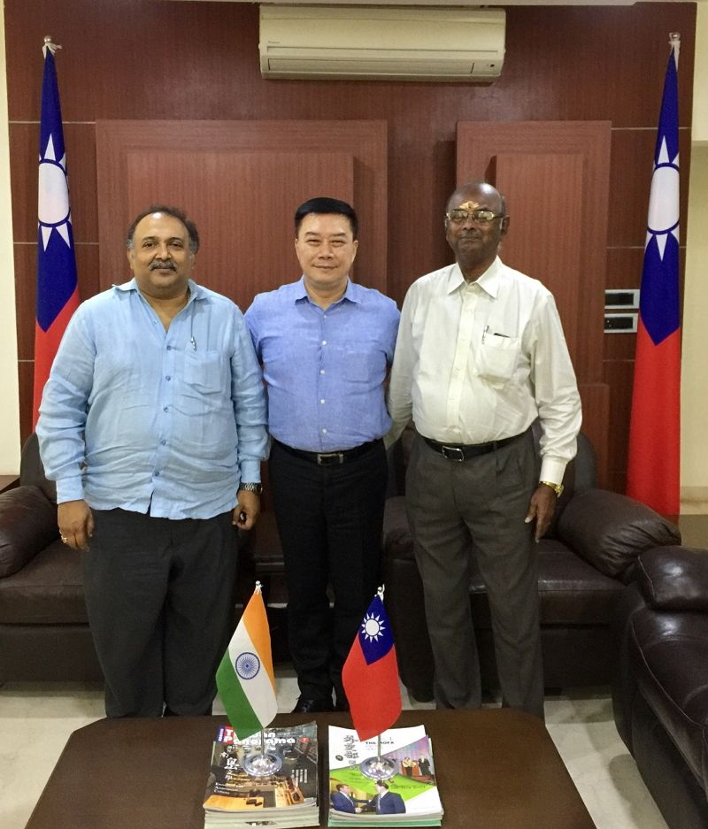 Mr. Ravi Kottarakara, Secretary General of the Film Federation of India together with Mr. E. Thangaraj, Secretary of the Indo Cine Appreciation Foundation called on Director-General Charles Li Photos - New Southbound Policy