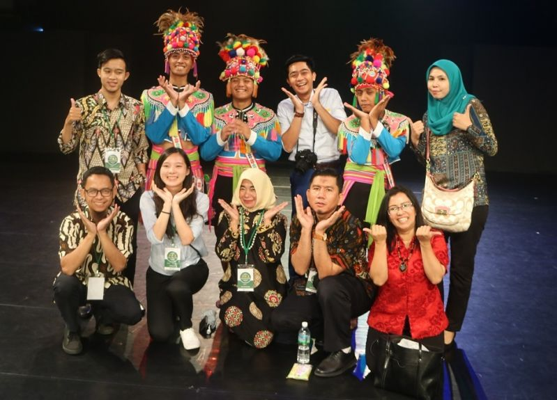 New Southbound Policy。Participants in the Taiwan Muslim Youth Exchange Camp for Southeast Asian Countries are all smiles alongside performers at the Taiwan Indigenous Peoples Cultural Park July 25 in the southern county of Pingtung. (MOFA)