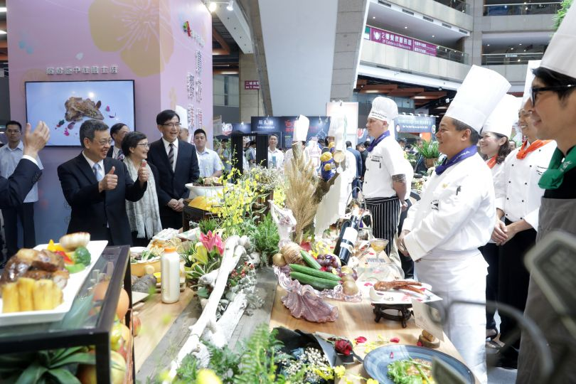 New Southbound Policy。Vice President Chen Chien-jen (left) gives two thumbs up to participating chefs at the Taiwan Culinary Exhibition Aug. 10 at Taipei World Trade Center. (Courtesy of Office of the President)