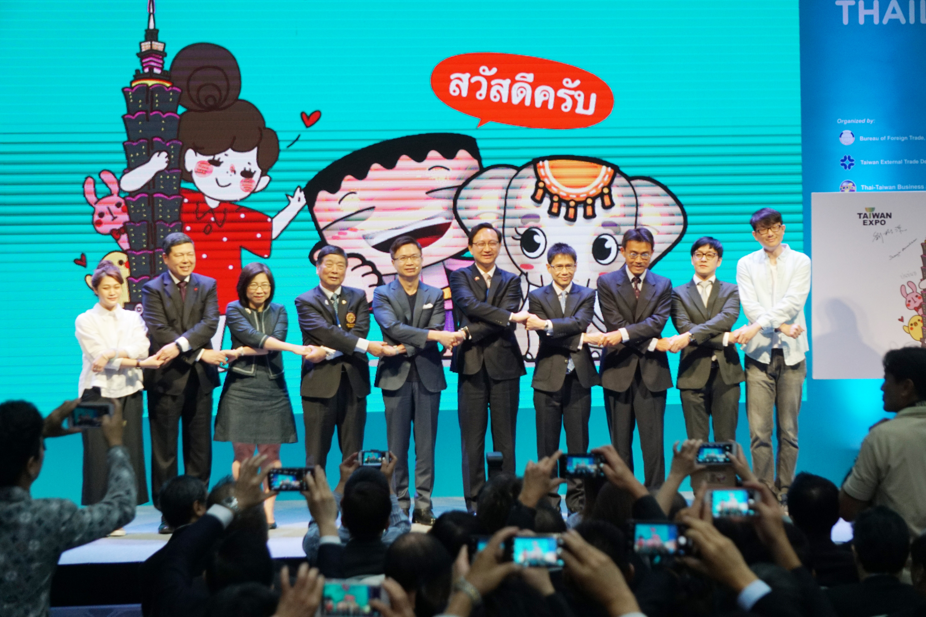 New Southbound Policy。BOFT Deputy Director General Lee Guann-jyh (third right), TAITRA Chairman James C. F. Huang (fifth left) and other participants join hands at the opening of Taiwan Expo 2018 Aug. 30 in Bangkok. (CNA)