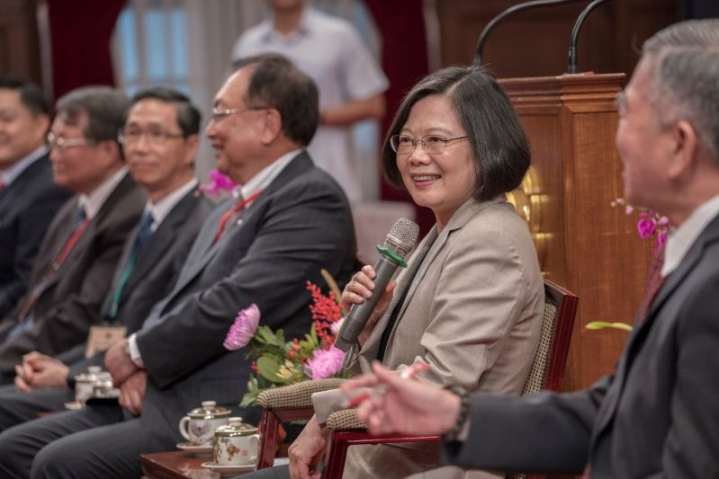 New Southbound Policy。President Tsai Ing-wen (second right) discusses government efforts in support of Taiwan's SMEs at the Office of the President Sept. 10 in Taipei City. (Courtesy of Office of the President)