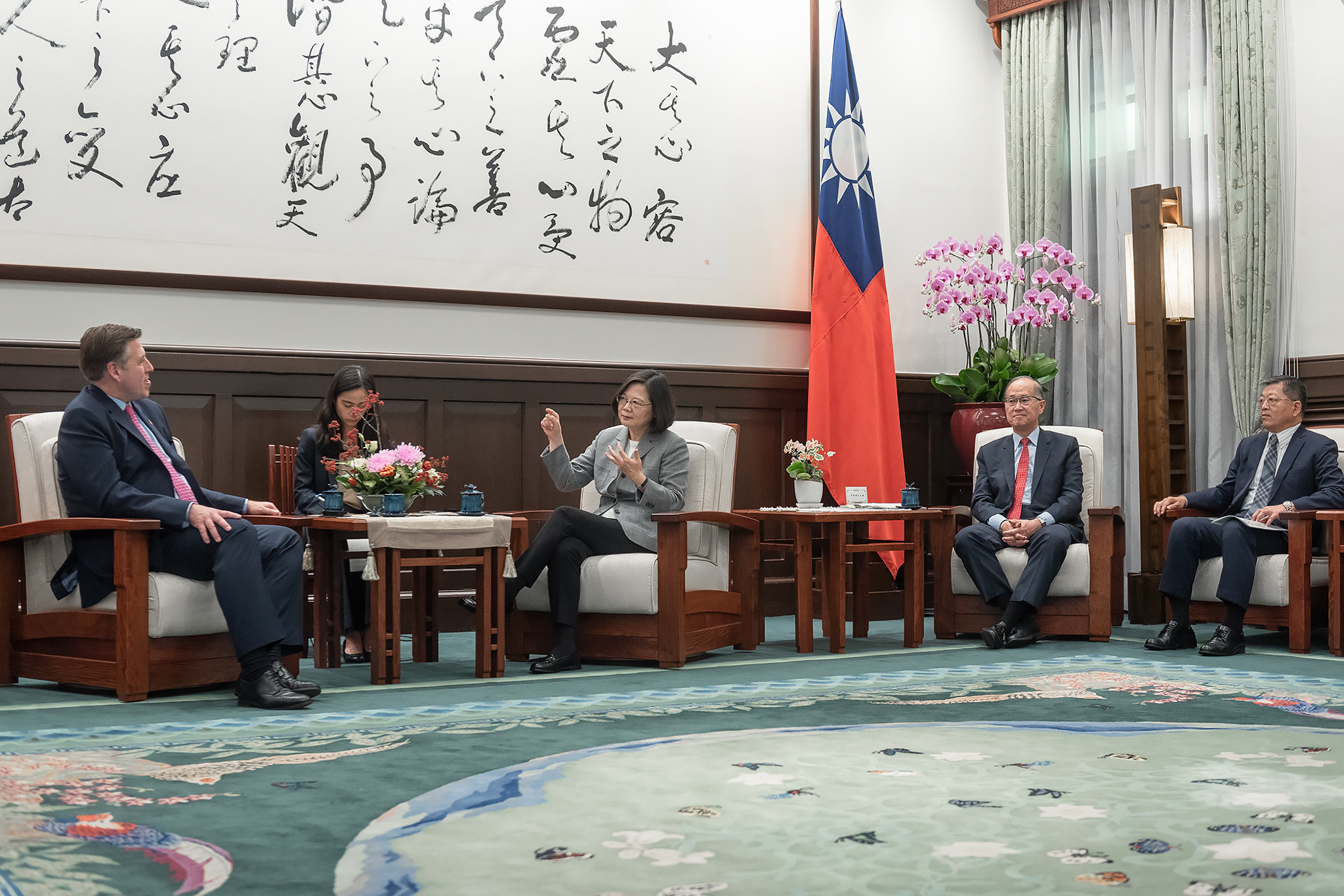 New Southbound Policy。President Tsai Ing-wen (center) discusses Taiwan-U.K. relations with British parliamentarian Graham Brady (left) at the Office of the President Nov. 5 in Taipei City. (Courtesy of Office of the President)