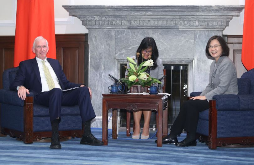 New Southbound Policy。President Tsai Ing-wen (right) and AIT Chairman James F. Moriarty enjoy a lighter moment at the Office of the President Nov. 5 in Taipei City. (CNA)