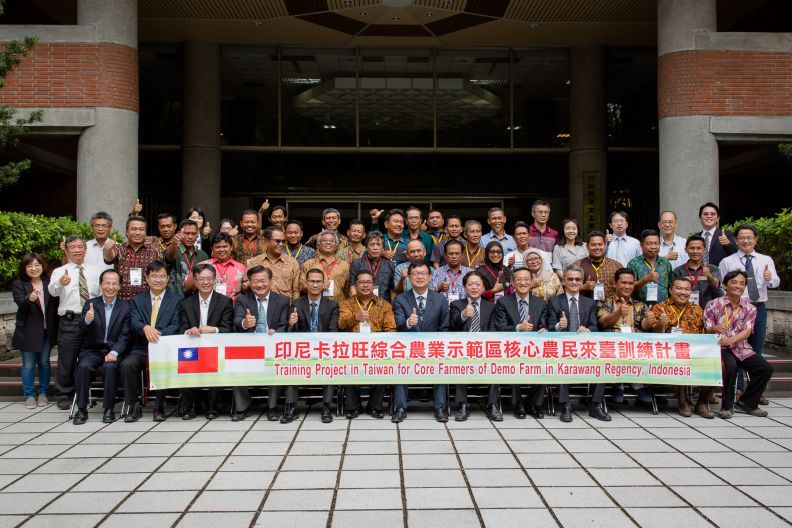 New Southbound Policy。COA Deputy Minister Lee Tui-chih (front, center) gives the thumbs-up alongside officials and participants in a capacity-building program for Indonesian farmers Nov. 14 in Taipei City. (Staff photo/Chin Hung-hao)