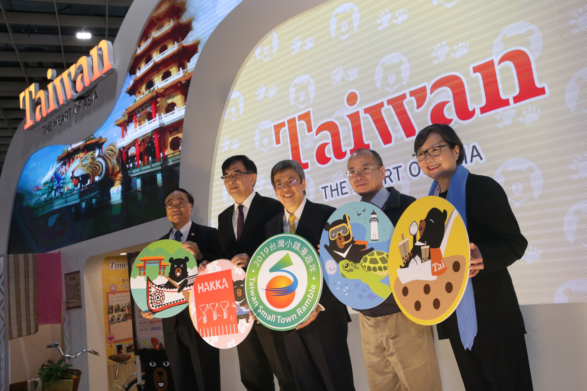 New Southbound Policy。Vice President Chen Chien-jen (center) is joined by government officials in opening the Taipei International Travel Fair Nov. 23 in Taipei City. (Courtesy of Office of the President)