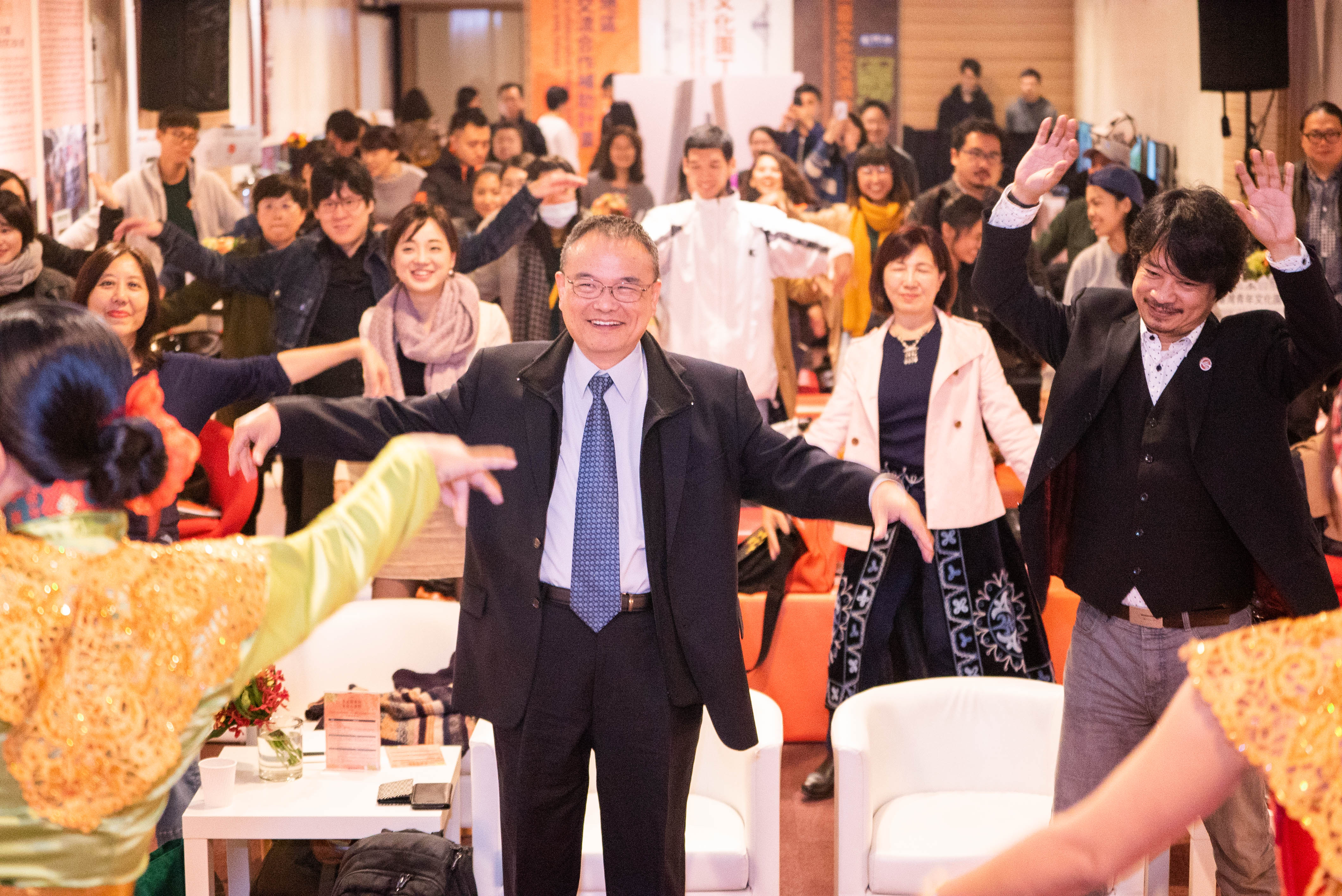 New Southbound Policy。Deputy Culture Minister Hsiao Tsung-huang (front, center) dances at a forum for recipients of 23 MOC-funded arts cooperation projects between Taiwan and NSP countries Dec. 14 in Taipei City. (Courtesy of MOC)