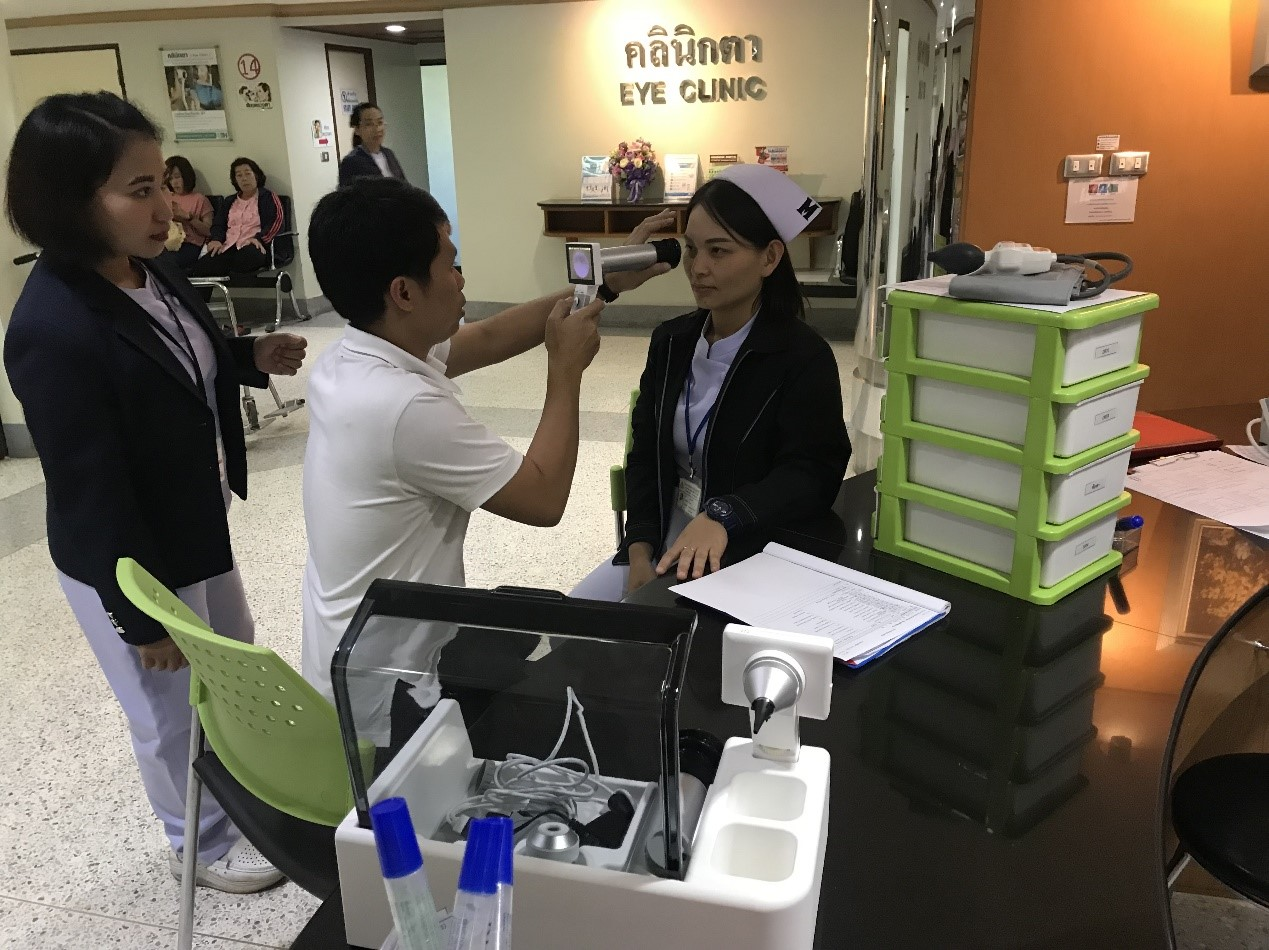 New Southbound Policy。Medical professionals at Bangkok Christian Hospital try out smart health care equipment donated by Taiwan's Changhua Christian Hospital Dec. 20 in Thailand. (Courtesy of CCH)