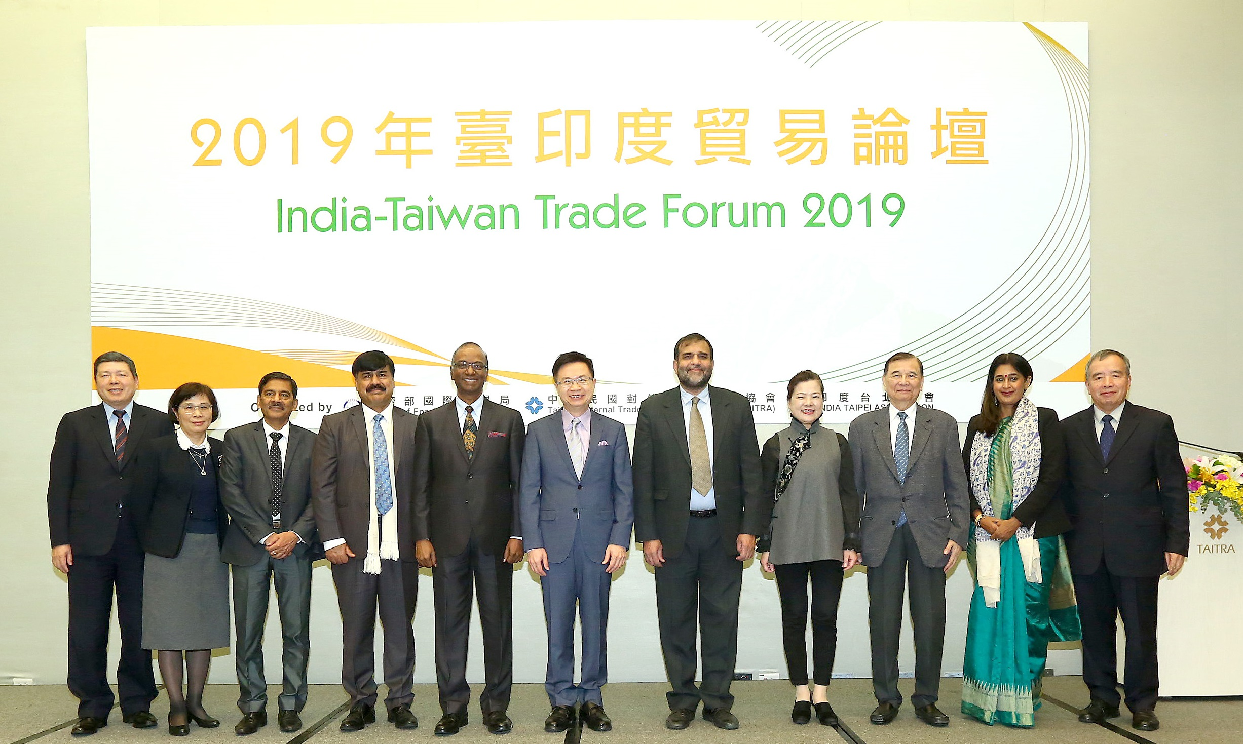 New Southbound Policy。TAITRA Chairman James C. F. Huang (center) is joined by Vice Minister of Economic Affairs Wang Mei-hua (fourth right), Indian Commerce Secretary Anup Wadhawan (fifth right), ITA Director Sridharan Madhusudhanan (fifth left) and other guests in opening the India-Taiwan Trade Forum Jan. 15 in Taipei City. (Courtesy of TAITRA)