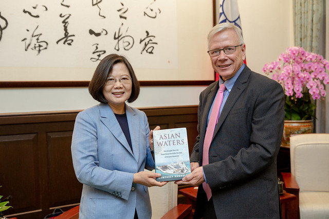 President Tsai meets high-level members of UK think tanks Photos - New Southbound Policy