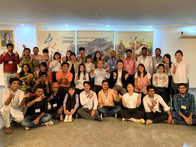 Taiwan student volunteers call at TECC in New Delhi Photos - New Southbound Policy