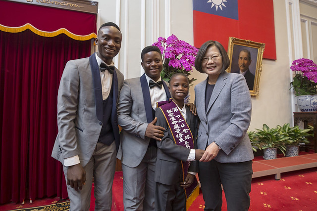 President Tsai meets winners of 22nd Fervent Global Love of Lives Medals Photos - New Southbound Policy