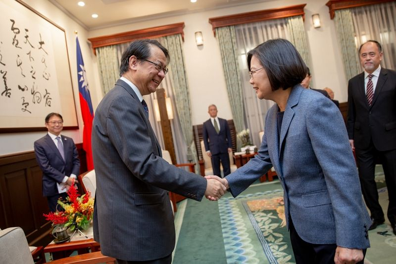 President Tsai meets Hiroyasu Izumi, new Chief Representative of Japan-Taiwan Exchange Association Taipei Office Photos - New Southbound Policy