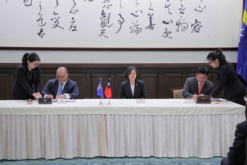 President Tsai meets Nauru President Lionel Aingimea and First Lady Aingimea, witnesses signing of bilateral aviation services agreement Photos - New Southbound Policy
