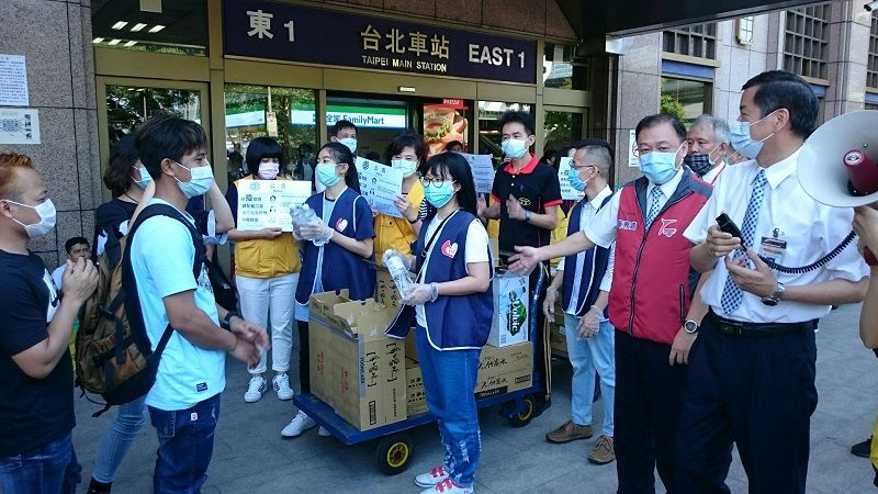 TRA distributes water to migrant workers as gratitude for their cooperation amid virus outbreak Photos - New Southbound Policy