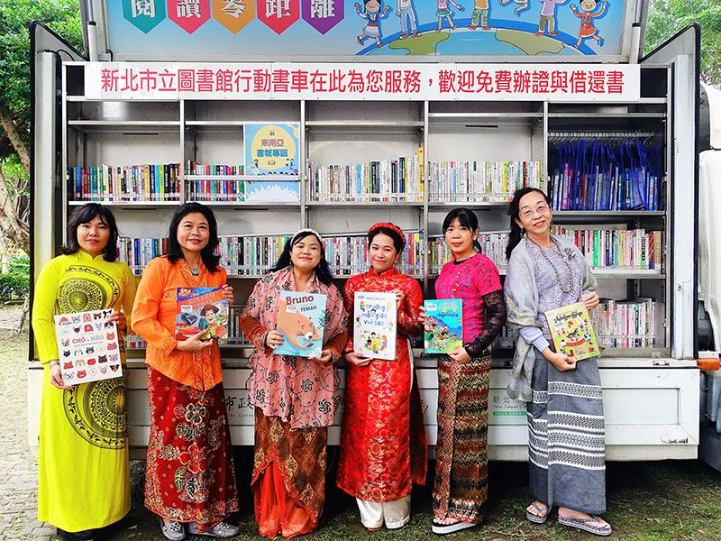 New Taipei bookmobile now carrying books from 6 SE Asian countries Photos - New Southbound Policy