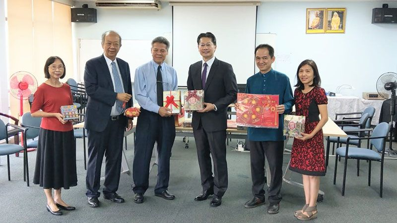 Taipei Economic and Cultural Office Donates Taiwanese books, audiobooks, board games and Lunar New Year lanterns to St. Andrew's School in Brunei Photos - New Southbound Policy