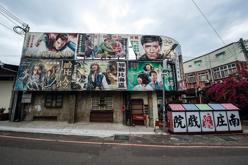 The advent of printing technology changed human civilization, and in recent times computer-printed movie posters have had a major impact on one of the most cherished of Taiwanese theater traditions, so that the art of hand-painted film billboards is disappearing. (photo by Chuang Kung-ju)
