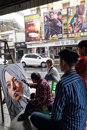 The Chuan Mei Theater has started up a course in hand painting of movie posters and billboards, taught personally and in a hands-on style by national treasure Yan Jhen-fa.