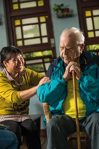 The people of Afih feel tremendous gratitude for Poinsot's contributions. Poinsot has been much like a father to Wang Julan, and today she helps to take care of his daily needs. (photo by Chuang Kung-ju)