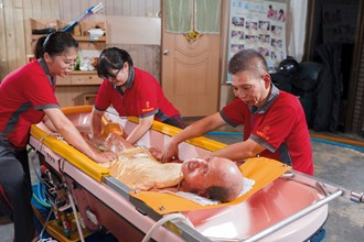The Tobias Foundation set up a home bathing service with specialized equipment imported from Japan, to allow bedridden seniors to bathe comfortably in the gentle hands of caregivers. (courtesy of the Tobias Foundation)