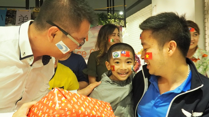 HF sponsored Luu, a sufferer of Klippel-Trenaunay-Weber Syndrome, to undergo treatment at CMUH in Taichung. At a farewell party, Luu was overjoyed to receive a present from the company's general manager, Wang Zhe-ren.
