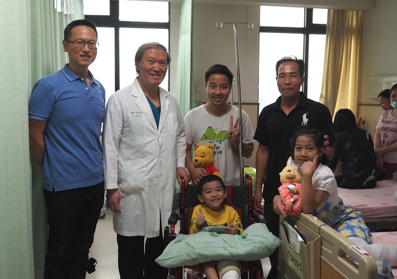 Hong Fu Industrial Group (HF), a Taiwan company with long-term roots in Vietnam, donated around NT$7 million to cover the treatment costs for Loan and Luu, two Vietnamese children who suffer from Klippel-Trenaunay-Weber Syndrome. Zhang Zhi-bang (left), the company's vice chairman, visited the hospital in Taichung several times to offer his support and encouragement.