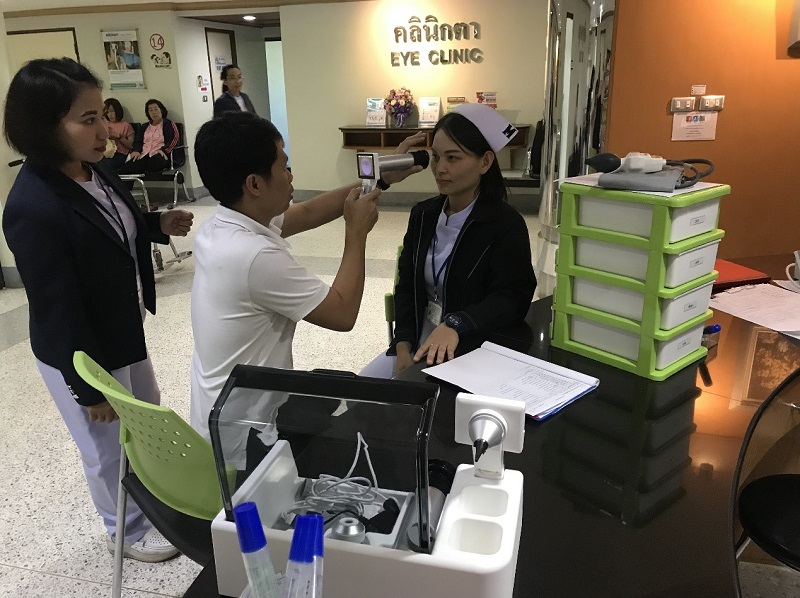 Medical professionals at Bangkok Christian Hospital try out smart health care equipment donated by Taiwan's Changhua Christian Hospital Dec. 20 in Thailand. (Courtesy of CCH)
