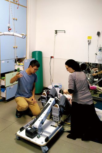 Chou Zih-syuan, left, learns how to operate a machine to assist a youngster during rehabilitation July 26, 2018, at ALEH, an organization in Israel that cares for young people with developmental disabilities. (Photo courtesy of Chou Zih-syuan)
