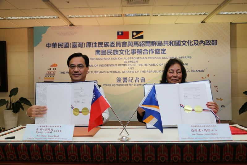 CIP Minister Icyang Parod (left) is joined by Amenta Matthew, minister of culture and internal affairs of the Marshall Islands, in displaying the cooperation agreement on strengthening Austronesian exchanges Jan. 3 in New Taipei City. (Courtesy of CIP)