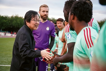 Chiou I-jen (left), president of the Chinese Taipei Football Association, offers enthusiastic encouragement to players.