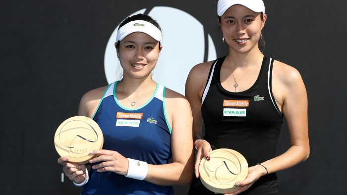 Chan Yung-jan (left) and Chan Hao-ching display the Hobart International women's doubles trophies Jan. 12 in Australia. (Courtesy of Hobart International)