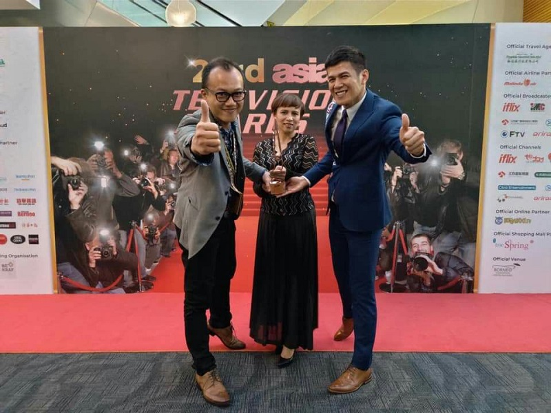 "(From left) Magaitan Lhkatafatu, director of Taiwan Indigenous TV's News Department; Isuth Balincinan, producer of ""ITA See the World;"" and Laway Futol, the show's host, display the trophy for best news program at the 23rd Asian Television Awards Jan. 11 in Malaysia. (Courtesy of News Department of TITV, Indigenous Peoples Cultural Foundation)"
