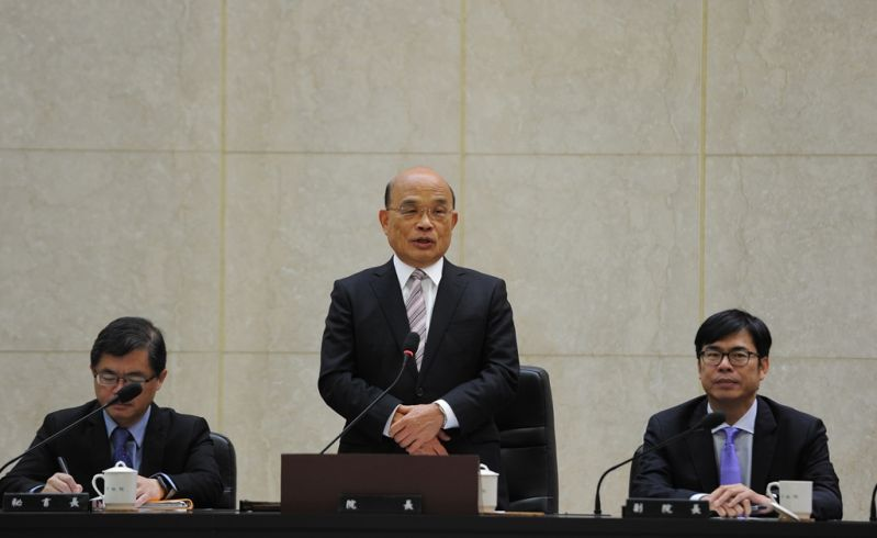 Premier Su Tseng-chang (center) addresses his first Cabinet meeting alongside Vice Premier Chen Chi-mai (right) and Cabinet Secretary-General Li Meng-yen Jan. 14 in Taipei City. (Courtesy of Executive Yuan)