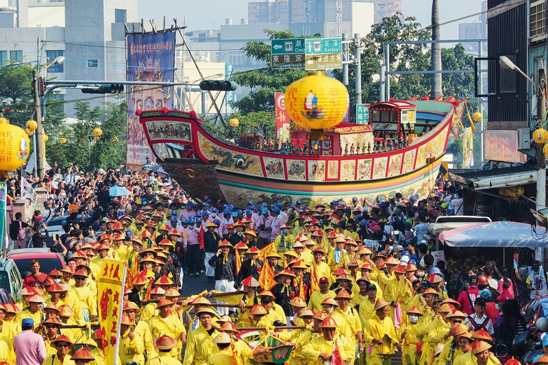 Wearing colorful outfits, the sedan bearers pull the Wangye boat through the streets of Donggang. The parade makes for a magnificent spectacle. (photo by Jimmy Lin)