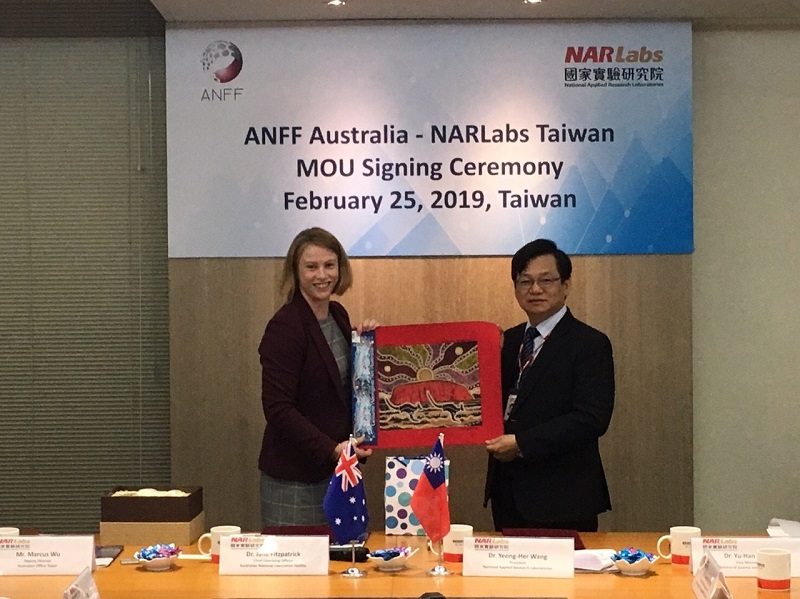 Representatives from Taiwan's NARLabs (right) and Australia's ANFF display indigenous artwork depicting Uluru and kangaroos at the memorandum of understanding signing ceremony Feb. 25 in Taipei City. (Courtesy of NARLabs)