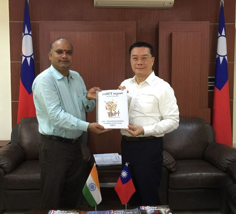 Dr. Alagu Perumal (left), Associate Professor of Loyola Institute of Business Administration (LIBA)  presents the 2018 annual report of the Indo – International Initiative for Billions of Fruit Trees (IIIBFT) to Mr. Charles Li (right), Director-General of TECC in Chennai.
