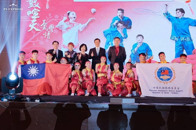 Members of 2019 Lunar New Year Goodwill Mission and VIPs take a curtain call and pose for a group photo.