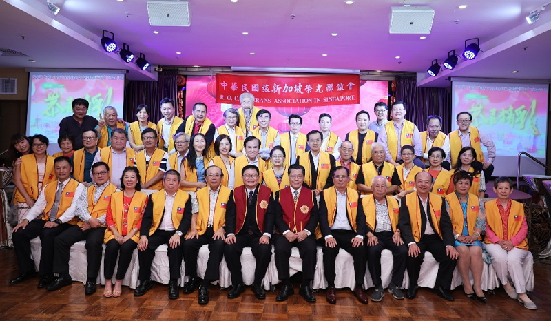 Group photo of Representative Francis Liang and the members and families of the  R.O.C. Veterans Association in Singapore at the association's 2019 Lunar New Year gathering.
