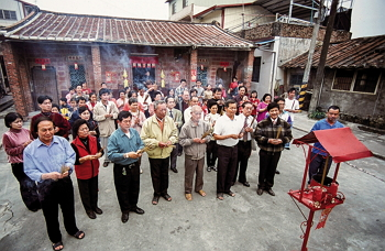 Praying to the ancestors on New Year's Eve is an important event for Hakka families, when they express their sincere gratitude to those who went before. (photo by Liao Taichi)